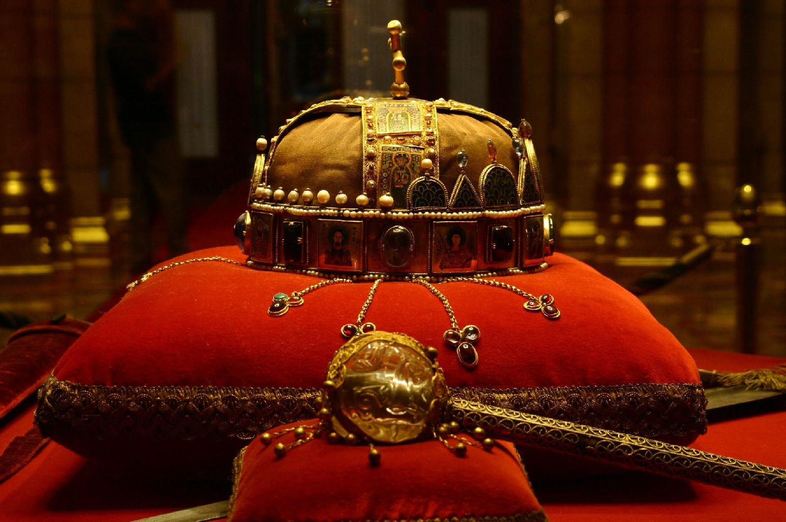 budapest parliament crown